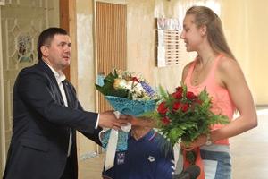 Глава Каменск-Уральский встретился с участнице олимпиады в Рио Дарьей Устиновой. И ей подарили именной сертификат на посещение бассейна