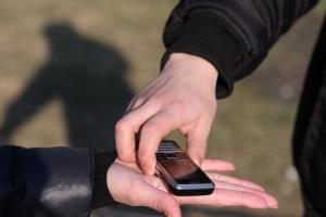Житель Каменска-Уральского похитил телефон у своего давнего знакомого