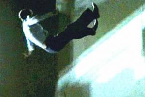 Сегодня ночью в Каменске-Уральского с балкона на третьем этаже упал мужчина. Спасти его не удалось