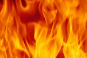 Сегодня ночью на улице Героев Отечества в Каменске-Уральском от огня пострадали сразу две машины