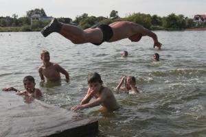 В Каменске-Уральском началась подготовка к купальному сезону. Хотя санкционированных пляжей в городе нет