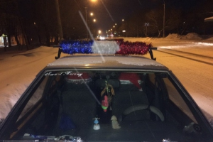 В Каменске-Уральском будут судить автолюбительницу, которая излишне креативно украсила новогодней мишурой свою машину
