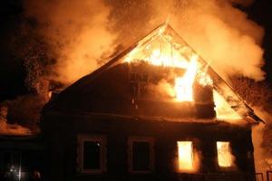 Частный жилой дом горел сегодня ночью под Каменском-Уральским в деревне Волково