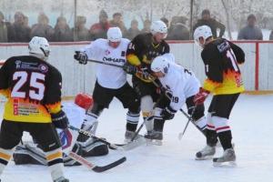 Команда из Каменска-Уральского крупно проиграла на своей площадке в домашнем матче чемпионата области по хоккею