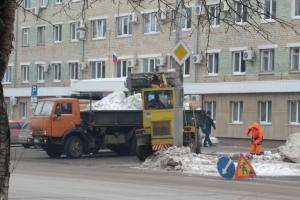 В Каменске-Уральском продолжают активно убирать и вывозить снег с городских дорог