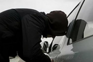 За одну ночь в Каменске-Уральском двое малолетних воришек «обчистили» три машины, одну перед этим угнали