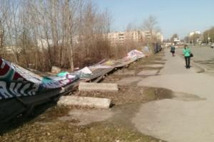 Он все-таки упал. В Каменске-Уральском частично оказался разрушен «легендарный» забор в районе остановки «Улица Щербакова»