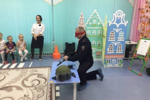 Детсадовцев в Каменске-Уральском учили собирать автомат Калашникова