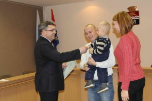 Восемь молодых многодетных семей Каменска-Уральского получили сертификаты на приобретение жилья