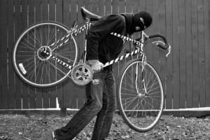 В Каменске-Уральском удалось поймать еще одного гаражного воришку. Среди его трофеев оказались два велосипеда