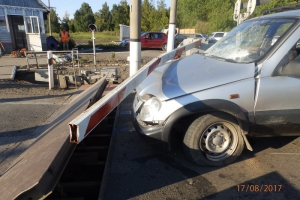 Вчера вечером под Каменском-Уральским иномарка врезалась в заграждение на железнодорожном переезде. Водитель в больнице