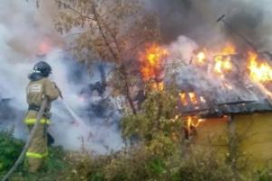 В Каменске-Уральском вчера горели два садовых домика возле бывшего аэродрома КУМЗа. В поджоге подозревают подростков