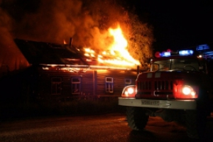Сегодня ночью в Каменске-Уральском произошел пожар на улице Чапаева. Одна из жительниц пострадавшего дома скончалась в больнице
