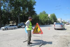 В Каменске-Уральском дорожные рабочие во время ремонта на Каменской обнаружили закатанные асфальтом колодцы ливневой канализации