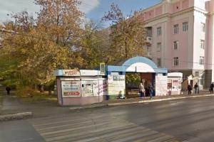 Чтобы обеспечить безопасность на автобусных остановках, в Каменске-Уральском начнут борьбу с машинами, которые там паркуются. А две остановки перенесут