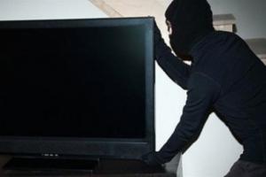 После бурного застолья житель Каменска-Уральского обнаружил, что у него пропали телевизор и телефон