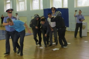Полицейские Каменска-Уральского провели учения, на которых отработали действия во время возможных ЧП на выборах