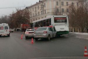 Сегодня в Каменске-Уральском в ДТП, в которое попали две легковушки и автобус, пострадали дети