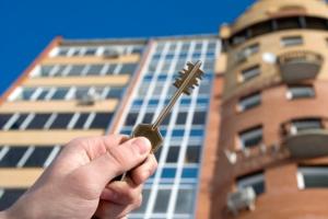 В Каменске-Уральском двум семьям, которые проживали в аварийном жилье, предоставили квартиры в новостройке
