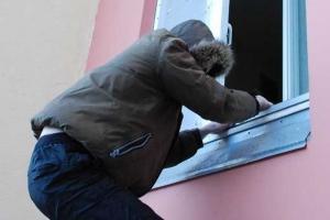В Каменске-Уральском, благодаря отпечаткам пальцев, удалось обнаружить двух оконных воришек