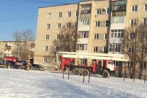 Житель Каменска-Уральского пытался спалить свою квартиру. В итоге пожарным пришлось его эвакуировать вместе с матерью