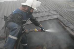 В микрорайоне Ленинский Каменска-Уральского сегодня горели надворные постройки