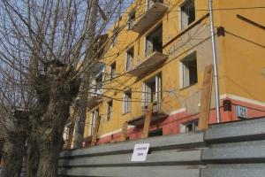 На улице Кунавина в Каменске-Уральском продолжается снос аварийного дома. К лету должны справиться