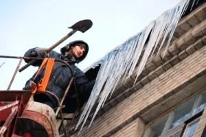 Правительство области указало коммунальным службам Каменска-Уральского особое внимание обратить на очистку крыш от снега и наледи