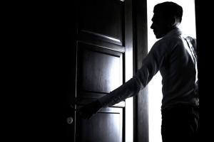 Ирония судьбы, или Кража. Житель Каменска-Уральском в подпитии случайно попал в чужую квартиру, но не уснул, а совершил преступление