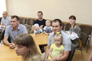 Глава Каменска-Уральского вручил свидетельство о праве на получение социальной выплаты для получения жилья молодым семьям