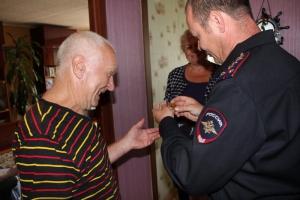 Одного из старейших сотрудников полиции Каменска-Уральского поздравили с 80-летием