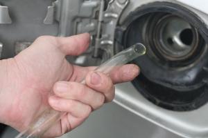 Житель Каменска-Уральского на собственной работе слил с КАМАЗа 136 литров бензина