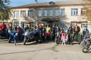 Сотрудники ГИБДД Каменска-Уральского организовали встречу байкеров с ребятами из детского дома