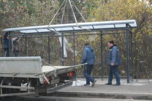 Пусть и с опозданием, в Каменске-Уральском началась установка пассажирского комплекса на перенесенной остановке «Стадион «Космос»