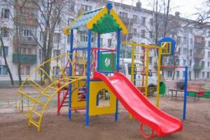 В Каменске-Уральском коммунальщики начали проверять безопасность детских площадок