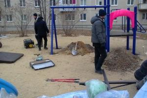 В Тимирязевском сквере Каменска-Уральского началась установка новых игровых комплексов