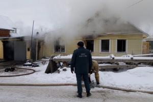 Житель Каменска-Уральского попытался отремонтировать газовую плиту, но в итоге спалил соседский дом