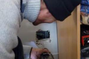 В Каменске-Уральском сегодня спасали кота, который попал в вентиляционную шахту 9-этажки. Фотоподробности необычной операции