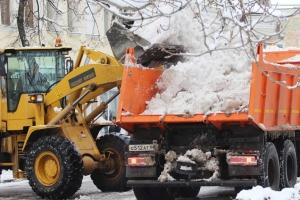 В микрорайоне Южный Каменска-Уральского начали вывозить снег с придомовых территорий