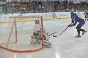 Юные хоккеисты из Каменска-Уральского продолжают удачно выступать в региональном этапе всероссийского турнира «Золотая шайба»