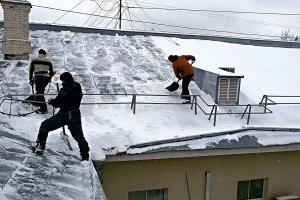 В Каменске-Уральском активно началась уборка снега с крыш многоквартирных домов