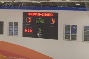Хоккейная «Синара» из Каменска-Уральского смогла «вырвать» победу в гостевом матче первенства области. И вышла на первое место