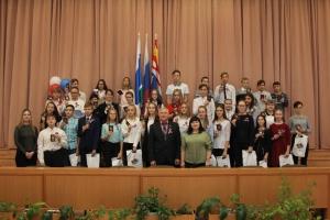 В большом зале администрации Каменска-Уральского состоялось торжественное вручение паспортов молодым гражданам Российской Федерации
